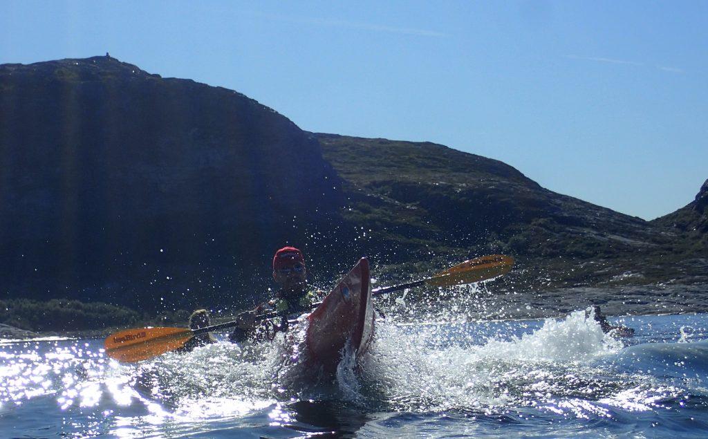 På kurset trener du blant annet på teknikk for å padle komfortabelt i urolig sjø.